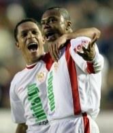 Baptista w objęciach Adriano. Levante-FC Sevilla 0:3 /AFP