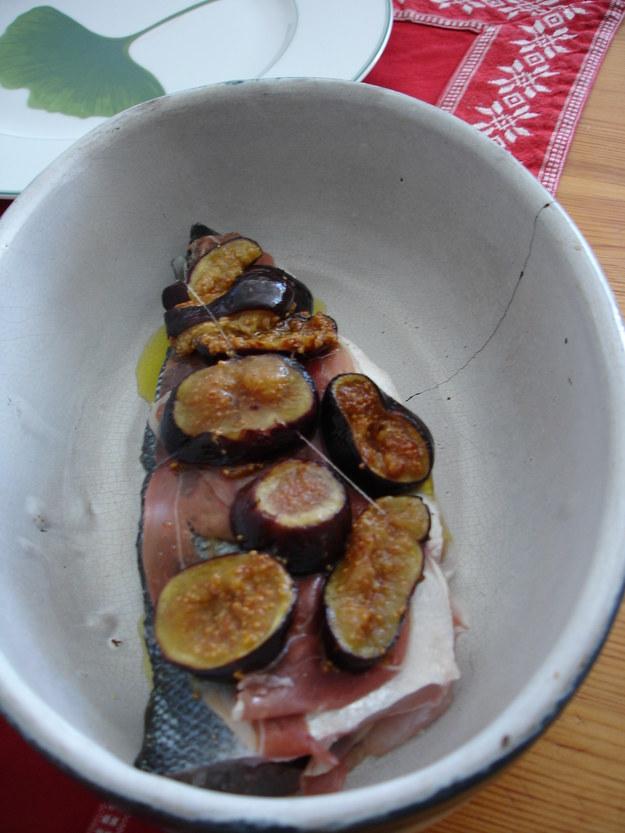 Bar pieczony ze swiezymi figami i parmenska szynka