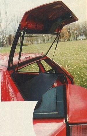 Bardzo charakterystyczna jest konstrukcja pokrywy bagażnika; tylko szyba i wąska część z tworzywa sztucznego. Całość jest mało sztywna i jeżeli zamyka się ją naciskając nieosiowo - uszkadza lakier na krawędzi nadwozia. /Motor
