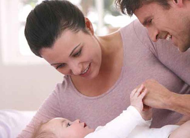 Bardzo często wystarczy jedynie przytrzymać dziecko w wygodnej do karmienia pozycji, a ono samo będzie wiedziało, co dalej robić /Philips AVENT