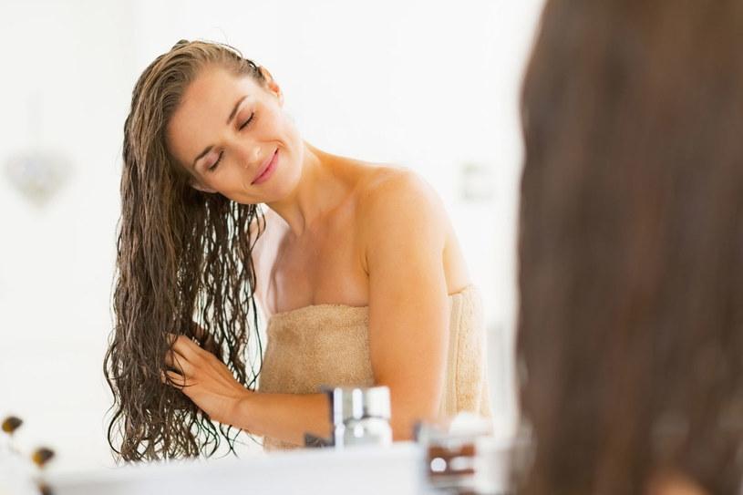 Bardzo często za złą kondycję włosów i ich wypadanie odpowiada zła dieta /©123RF/PICSEL