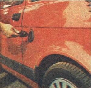 Bardzo pomysłowy, choć nie zamykany na klucz, korek wlewu paliwa. Nawet podczas dużych mrozów nie powinno być kłopotów z jego otwarciem. (kliknij, żeby powiększyć) /Motor
