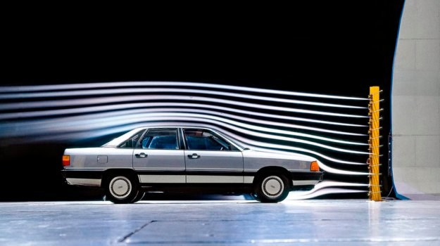 """Bardzo silne pochylenie szyby przedniej zmniejsza opor powietrza, z drugiej jednak strony powoduje silniejsze nagrzewanie się wnętrza w miesiącach letnich. Audi 100 zyskało już przydomek """"najszybszej sauny świata"""". /Audi"""