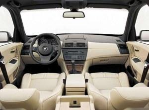 Bardzo wysoka jakość wykończenia. Przed liftingiem irytują jedynie detale – tanie plastikowe klamki wewnętrzne czy łuszcząca się powłoka z tworzyw na konsoli centralnej w okolicy przycisków. /BMW