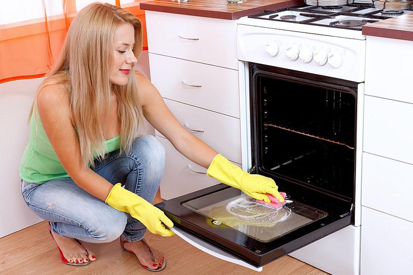 Bardzo zabrudzony piekarnik wyczyścisz papką z wody i sody oczyszczonej /©123RF/PICSEL