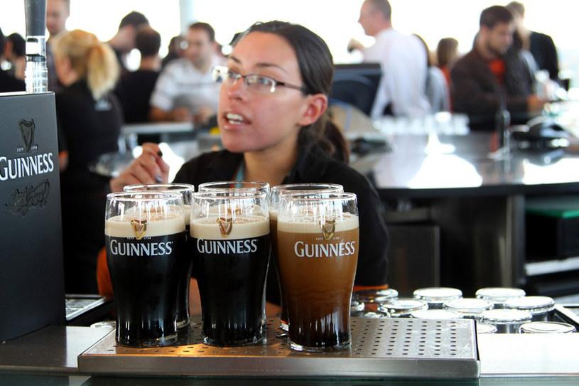 Barmanka w jednym z dublińskich pubów /fot. Tomasz Oszczepalski /East News