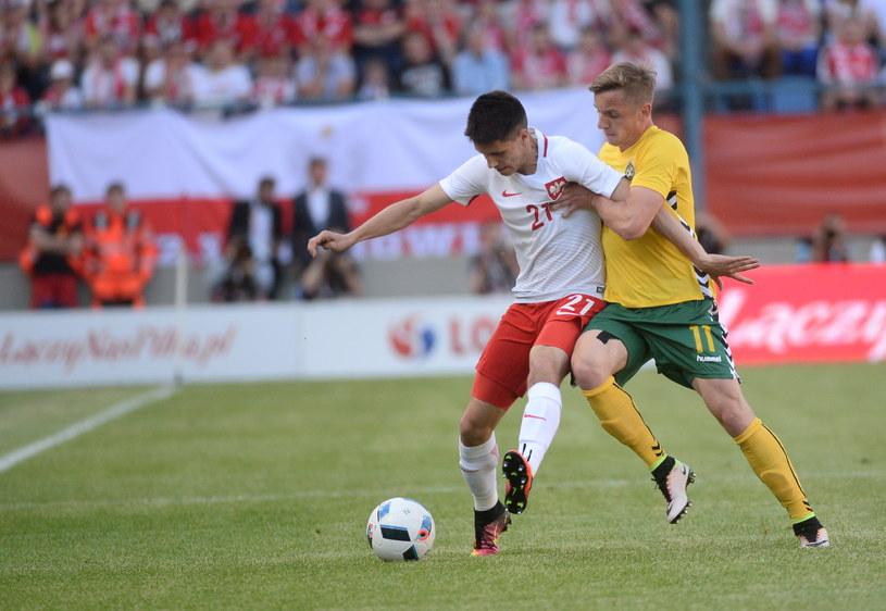 Bartosz Kapustka (z lewej) nie wypadł dobrze na pozycji obrońcy /Bartłomiej Zborowski /PAP