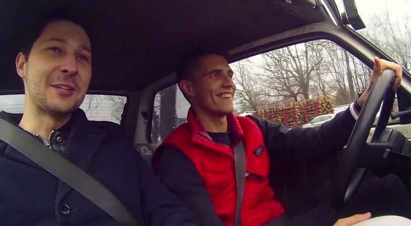 Bartosz Kapustka za kierownicą Malucha /YouTube