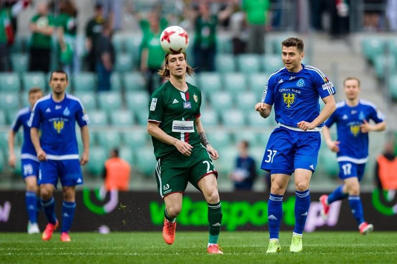 Bartosz Nowak (z prawej) kontra Sito Riera ze Śląska Wrocław. /Maciej Witkowski/REPORTER /East News