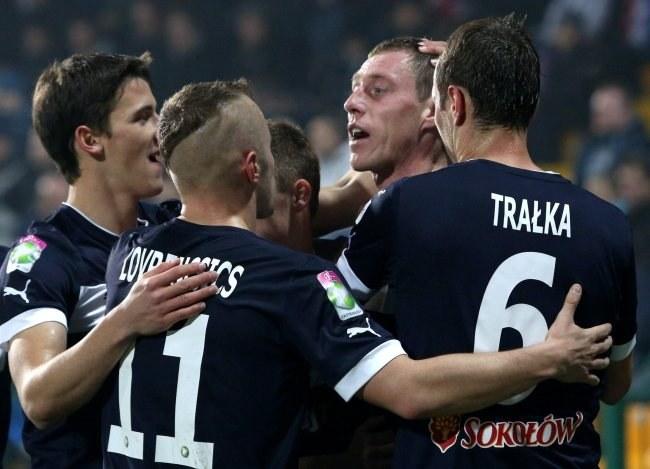Bartosz Ślusarski strzelił pierwszego gola głową. Otrzymuje gratulacje. /Stanisław Rozpędzik /PAP