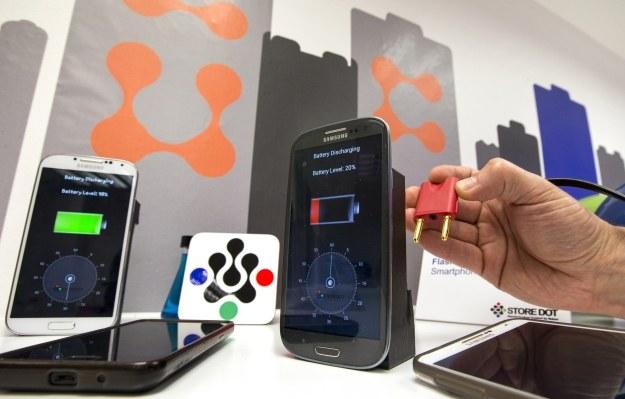Bateria w smartfonie = problem /AFP