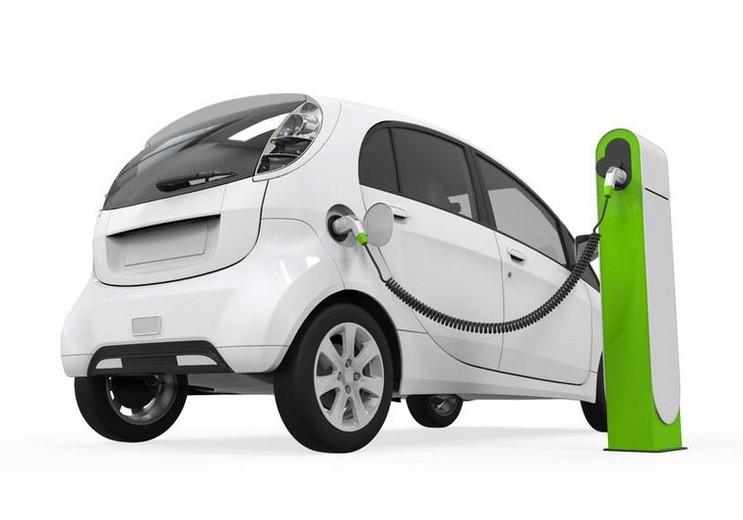Baterie litowo-powietrzne wydłużą czas pracy samochodów elektrycznych. /123RF/PICSEL
