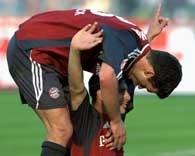Bayern - Bochum 4:1. Michael Ballack (pochylony) gratuluje Claudio Pizarro po zdobyciu gola na 3:0