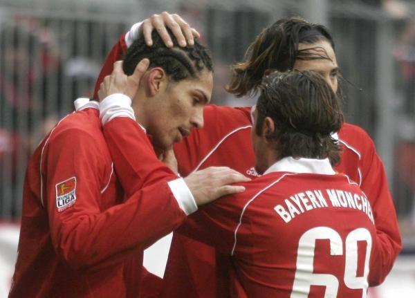 Bayern - Eintracht 5:2. Koledzy gratulują zdobywcy dwóch goli Jose Paolo Guerrero /AFP