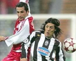 Bayern - Juventus 0:1. Hasan Salihamidzic i Mauro Camoranesi walczą o piłkę /AFP