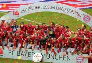 """Bayern Monachium fetował mistrzostwo. """"Lewy"""" uciekał przed Guardiolą"""