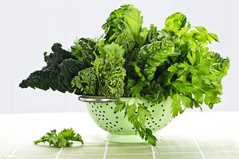 Bazą do sałatki mogą być różne rodzaje sałat, natka pietruszki, kolendra, rukola, szpinak czy blanszowane brokuły /© Panthermedia