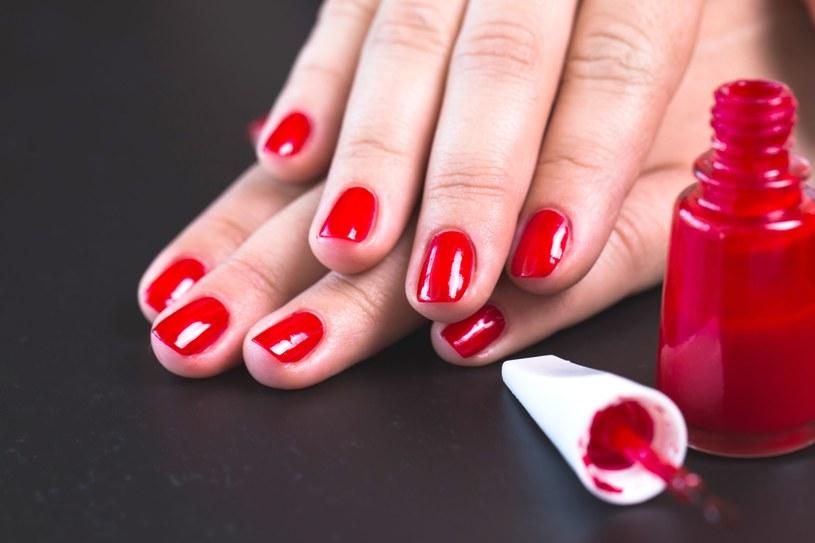 Baza pod lakier odżywia, wzmacnia płytkę i chroni paznokcie przed działaniem barwników /123RF/PICSEL