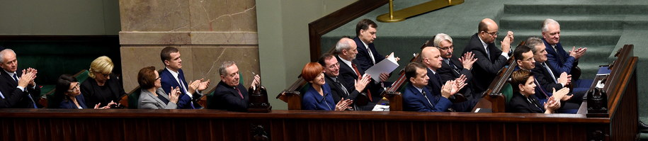 Beata Szydło z ministrami podczas debaty nad expose /PAP/Radek Pietruszka    /PAP