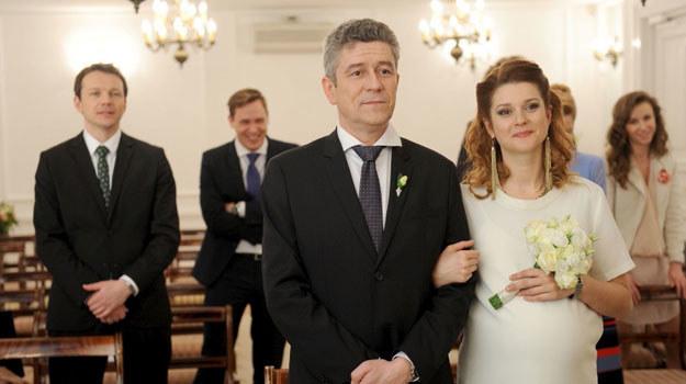Beata Walicka (Marta Ścisłowicz) i Wiktor Zarzycki (Andrzej Zieliński) przypieczętują swoją miłość w Urzędzie Stanu Cywilnego /Agencja W. Impact