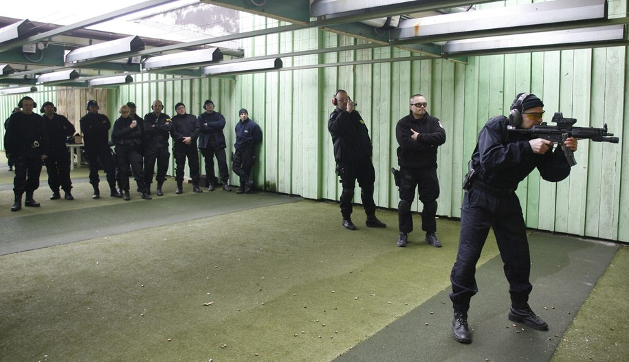 Będą potrzebne szkolenia strzeleckie dla tysięcy policjantów. Na zdj. szkolenie funkcjonariuszy w Katowicach z 2008 r. /Andrzej Grygiel /PAP