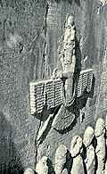 Behistun, fragment skały z symbolem Ahuramazdy /Encyklopedia Internautica