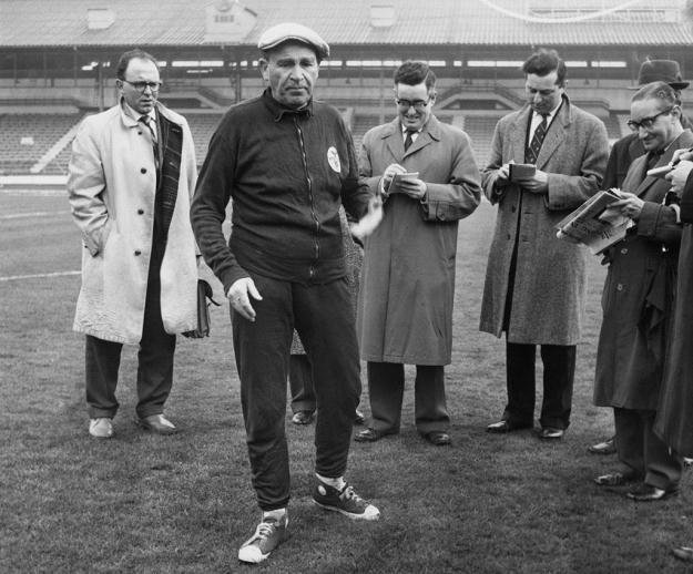 Bela Guttman (na pierwszym planie) - legendarny trener Benfiki /Getty Images/Flash Press Media