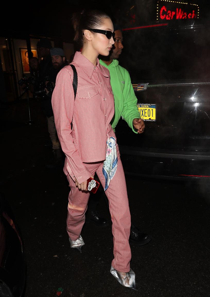 Bella Hadid w plastikowych butach /East News
