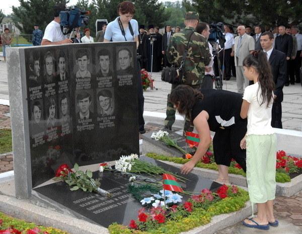 Bendery: Grób ofiar wojny o niezależność Naddniestrza od Mołdawii. Wojna ta jest jednym z podstawowych elementów spajających społeczeństwo Naddniestrza /AFP
