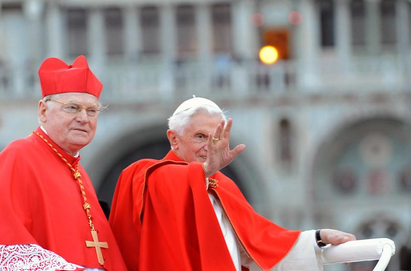 Benedykt XVI i kardynał Angelo Scola /AFP