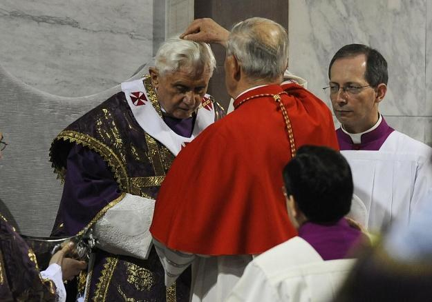 Benedykt XVI podczas uroczystości Środy Popielcowej /AFP