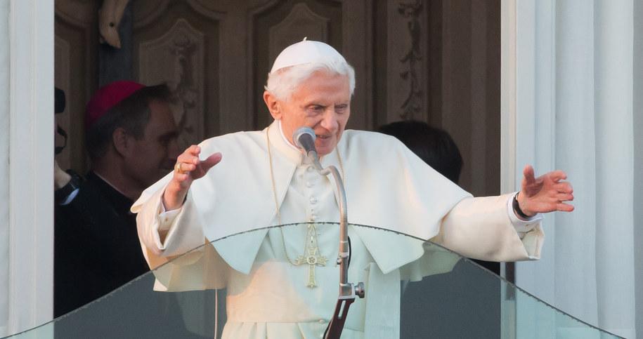 Benedykt XVI skomentował spekulacje ws. swojej abdykacji /MICHAEL KAPPELER /PAP/EPA