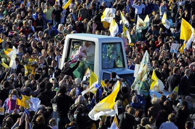 Benedykt XVI wziął dziecko do swego papamobilu, pobłogosławił je i oddał /AFP