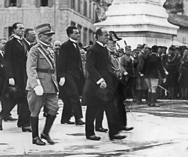 Benito Mussolini (z prawej) /AFP