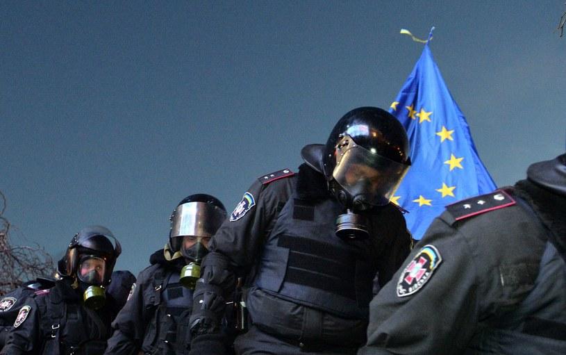 Berkut na Majdanie, pod przyniesioną przez protestujących flagą UE /PAP