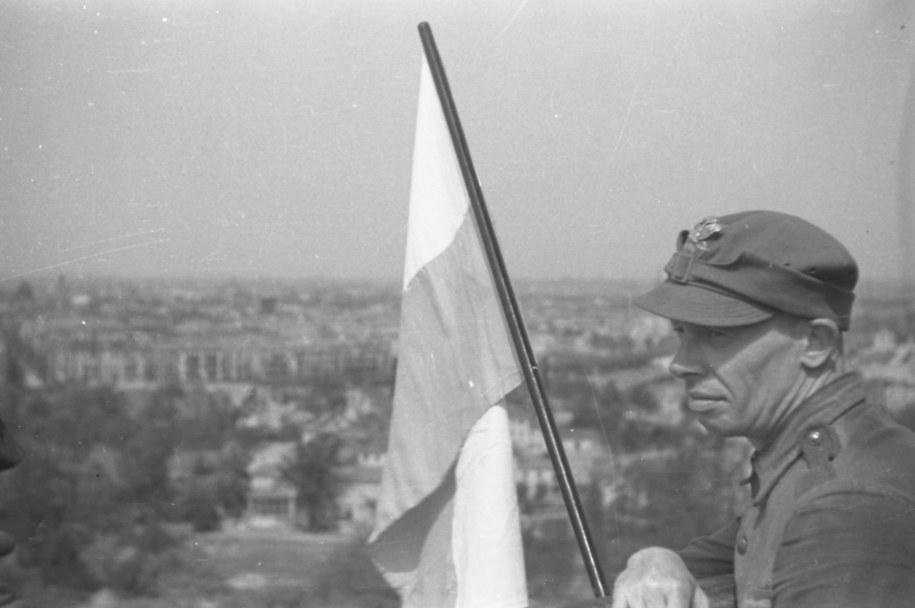 Berlin, 2 maja 1945. Żołnierze z dywizji im. Tadeusza Kościuszki zawiesili na Kolumnie Zwycięstwa polską flagę /Reprodukcja/CAF /PAP