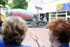 Betoniarka staranowała kiosk i sklep w Kielcach