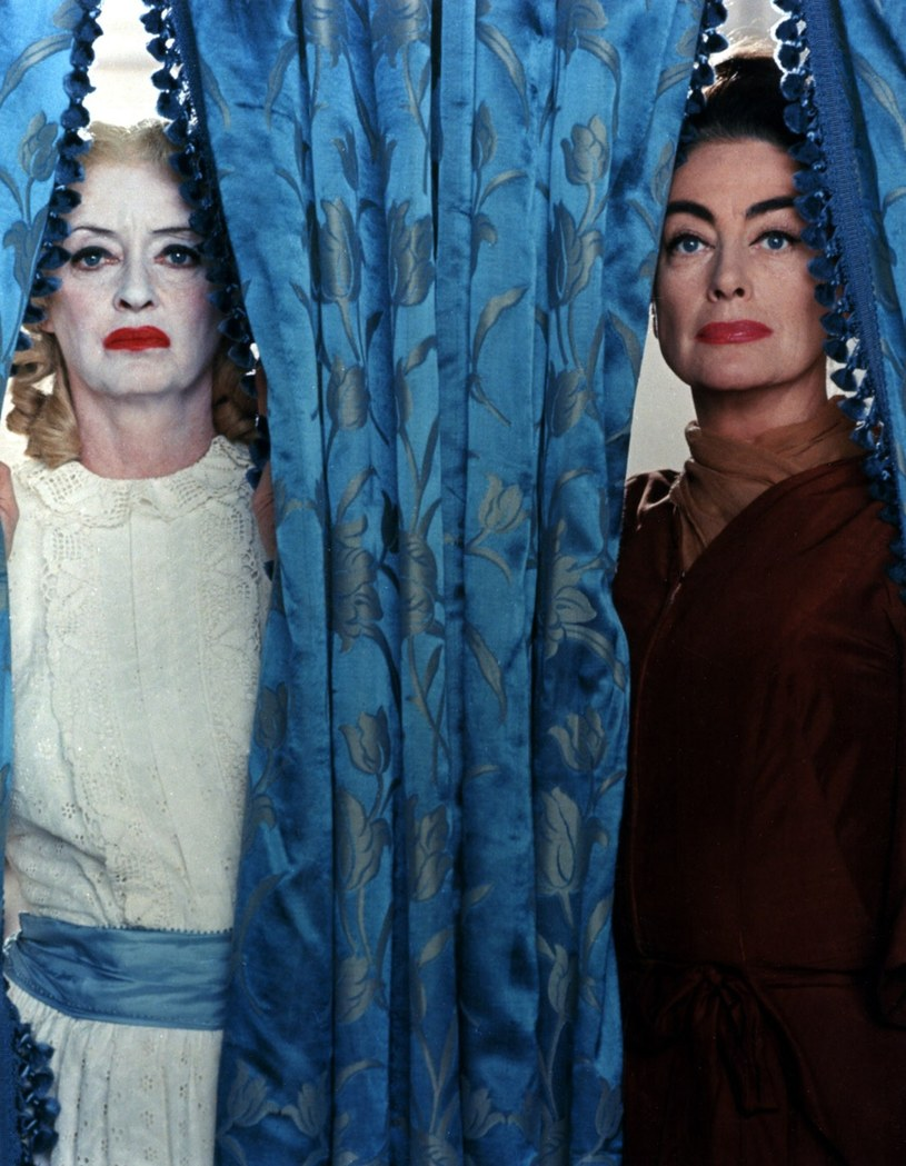 "Bette Davis (L) i Joan Crawford (P) w filmie ""Co się zdarzyło Baby Jane?"" /Everett Collection /East News"