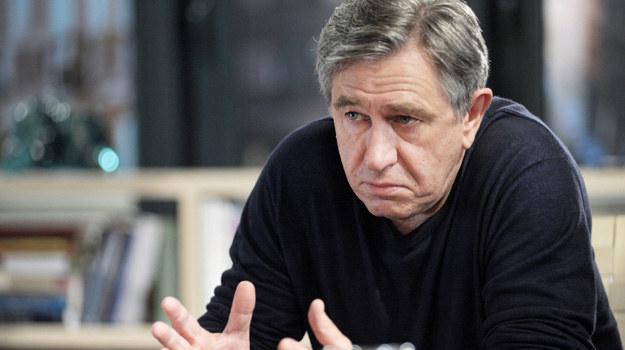 """""""Bez tajemnic"""": Andrzej (Jerzy Rqadziwiłowicz) jest pochłonięty pomaganiem swoim pacjentom i unika własnych problemów. /HBO"""
