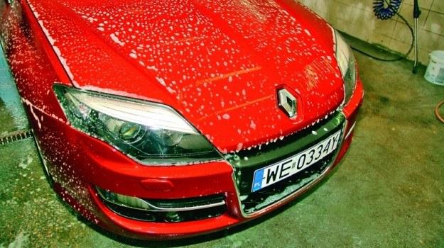 Bez właściwego oczyszczenia i przygotowania powłoki lakierniczej nakładanie wosku nie ma sensu. Efekt jest wówczas nietrwały. /Motor