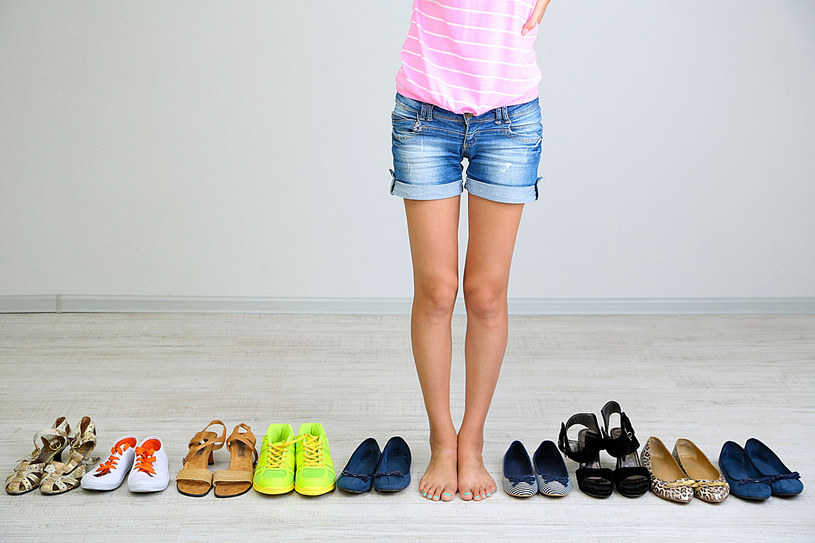 Bez względu na to, jakie buty wybierasz, musisz regularnie dbać o stopy /©123RF/PICSEL