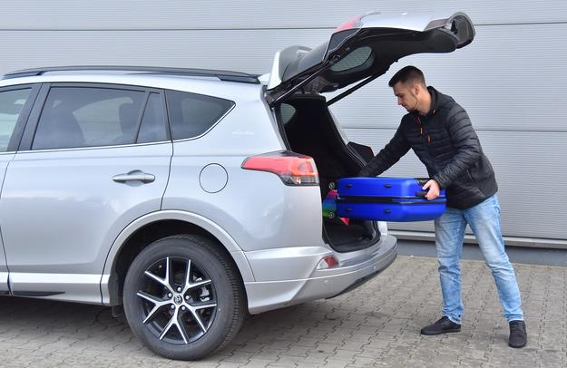 Bezdotykowe otwieranie bagażnika – seryjne. Niski próg, ale pokrywa mogłaby unosić się wyżej. /Motor