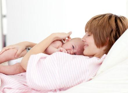Bezpośredni kontakt skóra do skóry nowo narodzonego dziecka z matką jest niezwykle istotny /© Panthermedia