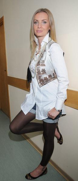 Zobacz, jak gwiazdy prezentują w białych bluzkach - Agnieszka Szulim