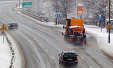 Białe drogi o poranku. Synoptycy ostrzegają przed kolejnymi opadami śniegu
