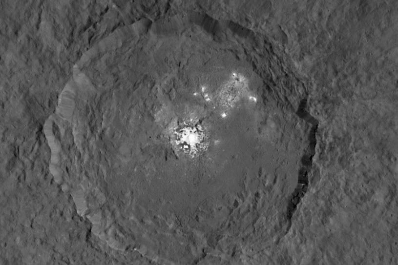 Białe plamy na powierzchni Ceres /NASA