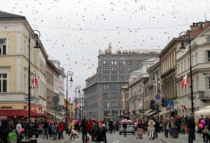 Biało-czerwone flagi na ul. Nowy Świat w Warszawie /R. Pietruszka /PAP
