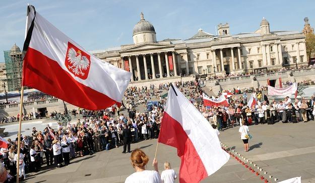 Biało-czerwone flagi przybrano kirem,  fot. Elżbieta Walenda /PAP
