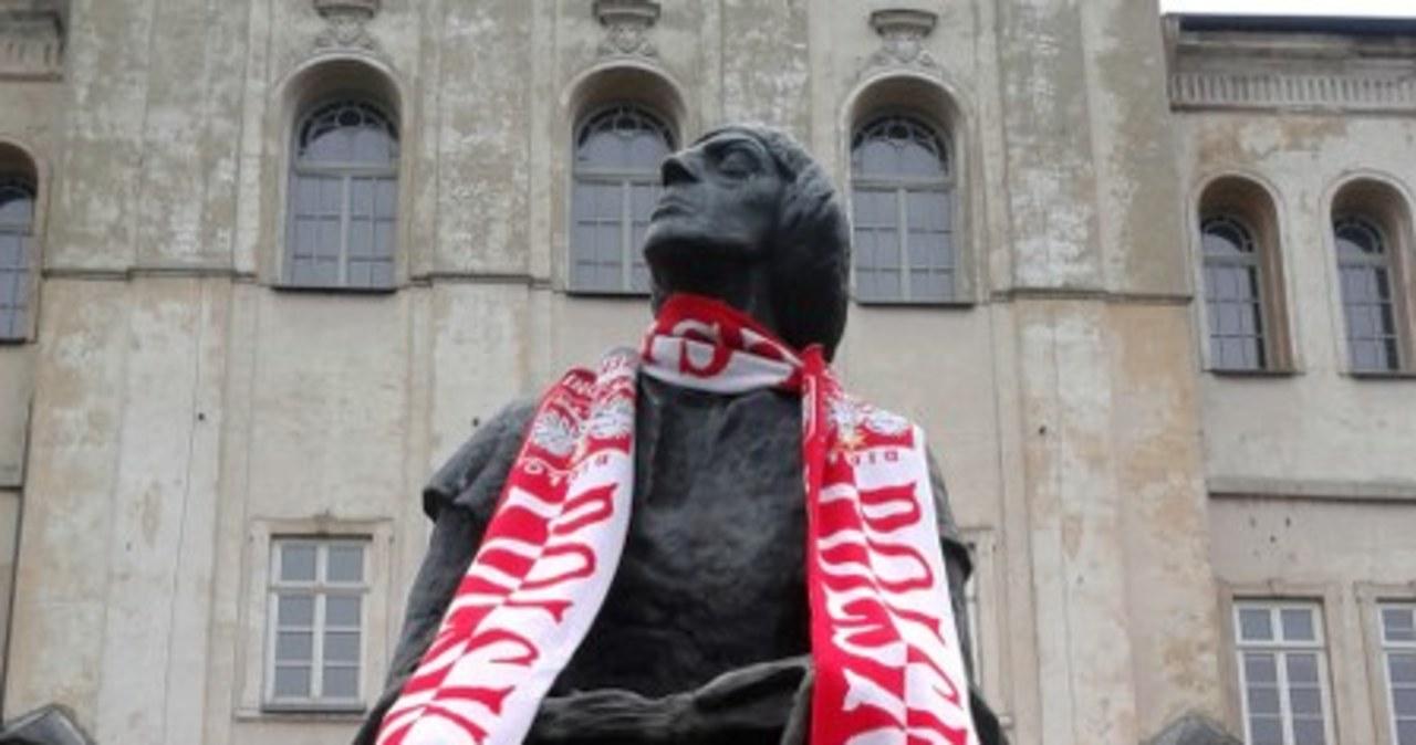 Biało-czerwone szaliki na pomnikach cz. 2