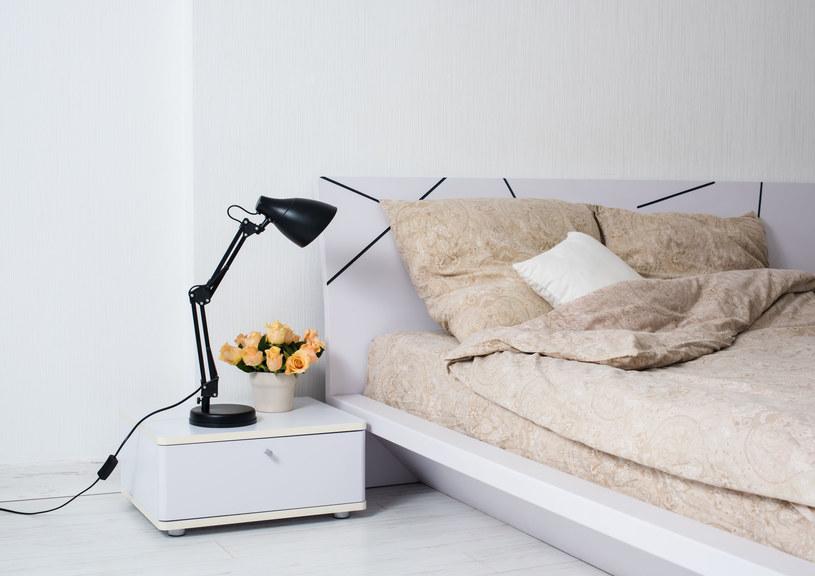 Biały pokój, najczęściej sypialnia, ma swój klimat i nadal jest w modzie /©123RF/PICSEL